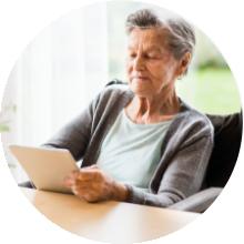 Imagen de Mujer mayor con un itinerario
