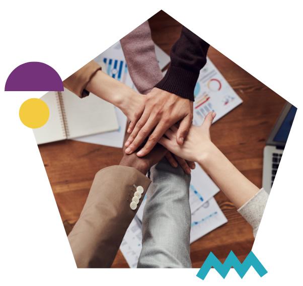 Imagen pentagonal con grupo de manos encima una de la otra