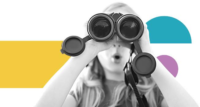 Imagen de Chica mirando por binoculares