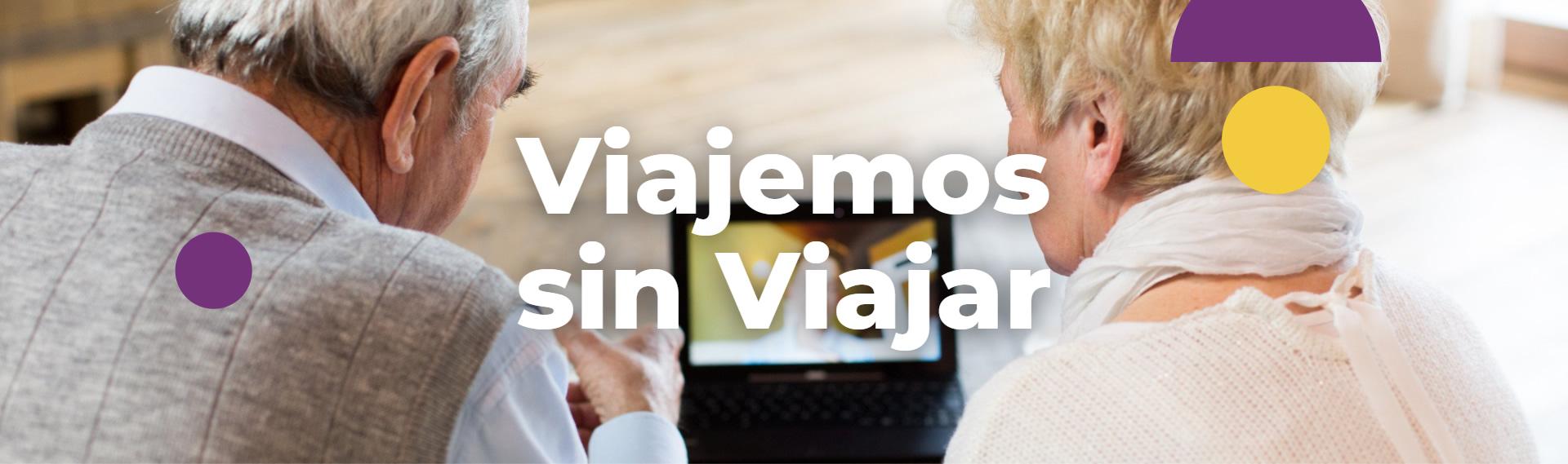 Imagen de portada de sección Viajemos sin viajar - Se visualiza una pareja de adultos mayores frente a tablet